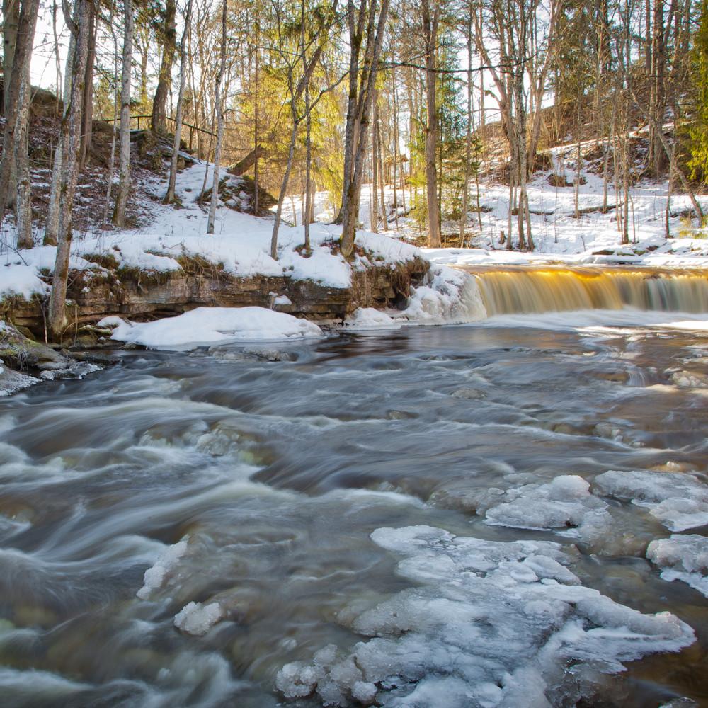 Talve ja kevade mängud jõe ääres ja metsatukas